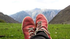 Um homem que descansa nas montanhas Imagens de Stock Royalty Free