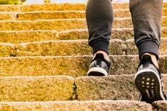 Um homem que escala a pedra pisa ao sucesso Imagens de Stock Royalty Free
