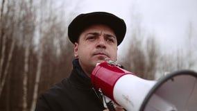 Um homem que está atrás do exigido fala à audiência emocionalmente Close-up filme