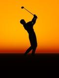 Um homem que executa um balanço do golfe. ilustração stock