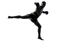 Um homem que exercita a silhueta tailandesa do encaixotamento Fotos de Stock