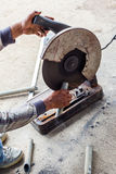Um homem que faz o aço cortado Imagem de Stock Royalty Free
