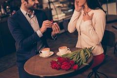 Um homem que faz a proposta em um café imagem de stock royalty free