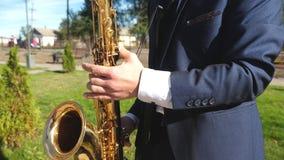 um homem que joga a música jazz do saxofone Saxofonista no jogo do revestimento de jantar no saxofone dourado Desempenho vivo fotografia de stock