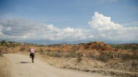 Um homem que monta seu cavalo no deserto de Tatacora, Colômbia fotos de stock royalty free