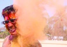 Um homem que obtém regado com as cores do holi durante o festival do holi em india foto de stock royalty free