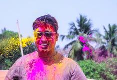 Um homem que obtém regado com as cores do holi durante o festival do holi em india fotos de stock