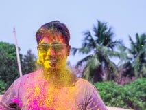 Um homem que obtém regado com as cores do holi durante o festival do holi em india fotografia de stock