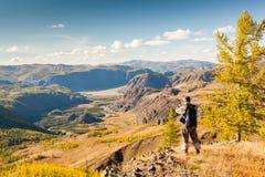 Um homem que olha as montanhas do ponto de vista Fotografia de Stock Royalty Free