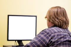 Um homem que olha fixamente em uma tela vazia foto de stock