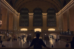 Um homem que olha fixamente no terminal de Grand Central Fotografia de Stock Royalty Free