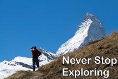 Um homem que olha o pico do Matterhorn na distância Imagem de Stock
