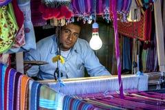 Um homem que opera um tear de tecelagem na vila de Nubian da vestidura-Sohel na região de Aswan de Egito Fotos de Stock Royalty Free