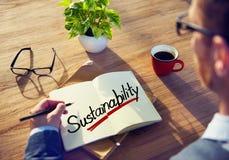 Um homem que pensa sobre o conceito da sustentabilidade Fotos de Stock Royalty Free