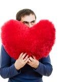Um homem que prende um coração vermelho grande Fotos de Stock Royalty Free