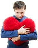 Um homem que prende um coração vermelho grande Fotografia de Stock Royalty Free