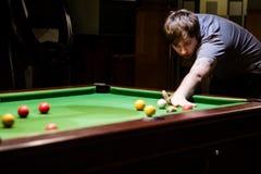 Um homem que prepara-se para jogar um tiro da associação Fotografia de Stock Royalty Free