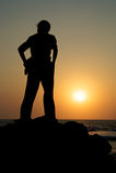 Um homem que presta atenção ao por do sol Fotos de Stock
