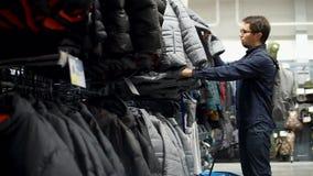 Um homem que procura a roupa do inverno filme