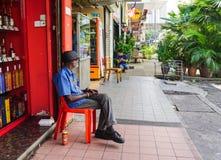 Um homem que senta-se na rua em Cameron Highlands, Malásia fotos de stock royalty free