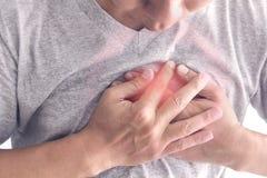 Um homem que tem a dor no peito, fotografia de stock