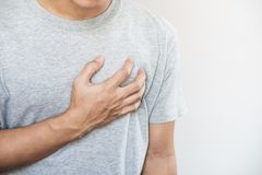 Um homem que toca em seu coração Cardíaco de ataque, parada cardíaca, outro doença cardíaca fotos de stock royalty free