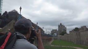 Um homem que toma uma imagem 16s video estoque