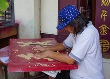 Um homem que trabalha na loja de lembrança em Cameron Highlands, Malásia imagens de stock