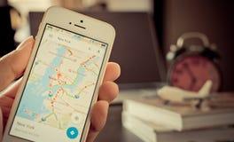 Um homem que usa Google Maps para a viagem de negócios foto de stock royalty free