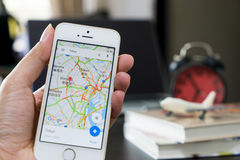 Um homem que usa Google Maps para a viagem de negócios fotos de stock