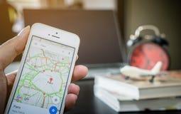 Um homem que usa Google Maps para a viagem de negócios fotografia de stock royalty free