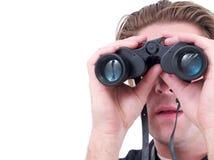 Um homem que usa os binóculos isolados fotos de stock royalty free