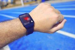 Um homem que usa um relógio esperto para monitorar o exercício imagem de stock