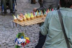 Um homem que vende gelado na rua fotos de stock royalty free