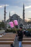 Um homem que vende o floss feericamente em Sultanahmet em Istambul em Turquia Imagens de Stock