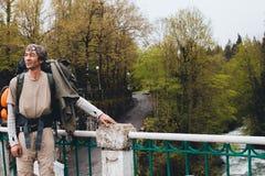 Um homem que viaja com a trouxa que caminha a OU das férias da viagem do verão Foto de Stock