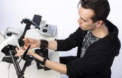 Um homem recolhe o quadcopter Imagem de Stock Royalty Free
