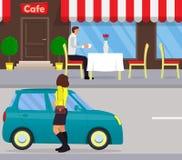 Um homem senta-se em uma tabela em um café exterior, em um café bebendo e em esperar a mulher Mulher fora do carro Pares da reuni Fotos de Stock Royalty Free