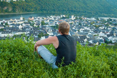 Um homem senta-se no monte do rio Moselle Foto de Stock