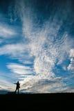 Um homem sob o céu azul Fotografia de Stock Royalty Free