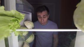 Um homem sobre 30 em uma dieta olha uma salada video estoque