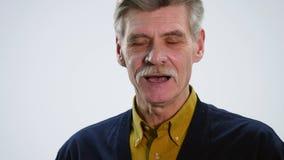 Um homem superior mostra emoções diferentes ao falar filme