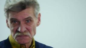 Um homem superior mostra emoções diferentes ao falar vídeos de arquivo