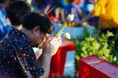 Um homem tailandês reza durante a celebração de Songkhran imagem de stock royalty free