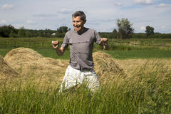 Um homem tenta quebrar um arame farpado com suas mãos Fotos de Stock