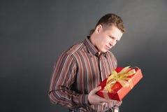 Um homem toma uma vista não ofuscante em um presente Fotografia de Stock