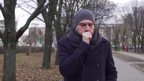 Um homem tosse na rua, tiro do lento-movimento video estoque