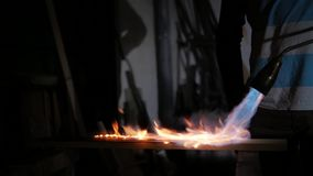 Um homem trabalha com uma tocha do gás video estoque