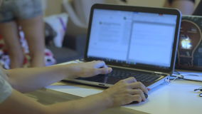 Um homem trabalha em um portátil quando os povos mudarem ao redor sua roupa video estoque