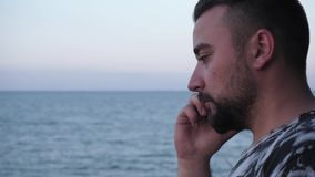 Um homem trabalha fora do tempo estipulado no telefone no fim de semana em um fundo bonito da paisagem vídeos de arquivo